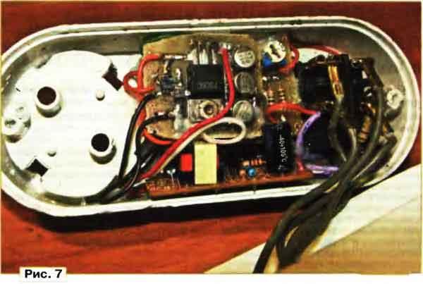 Временно соединяют верхний по схеме вывод резистора R1 с общим проводом устройства - нижним по схеме выводом.