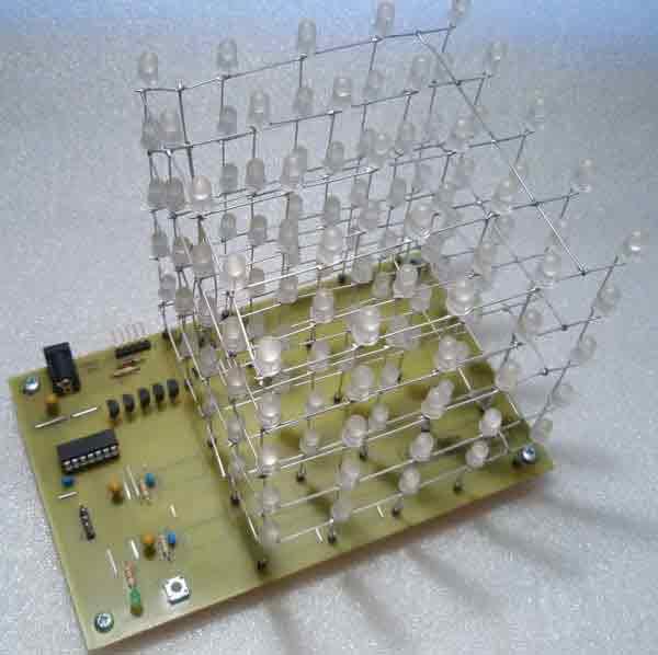 Каждый из светодиодных слоев расположены в 5 х 5 матрице и контролируются транзисторами подключенных к... Куб...