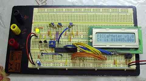 Все основано на простом принципе зарядки и разрядки конденсаторов в RC цепи.
