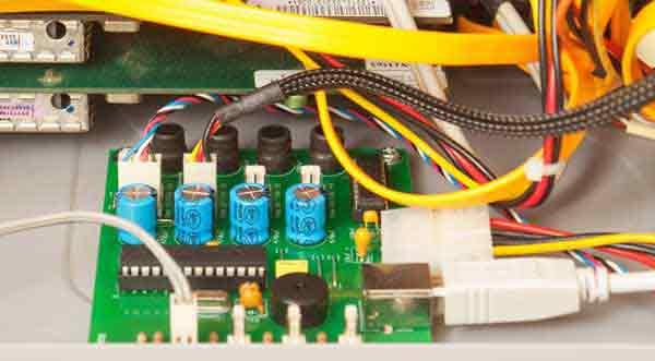 Контроллер управления вентиляторами охлаждения, установленный в корпусе системного блока